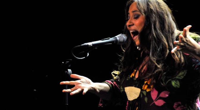 montse cortés en un recital de cante flamenco