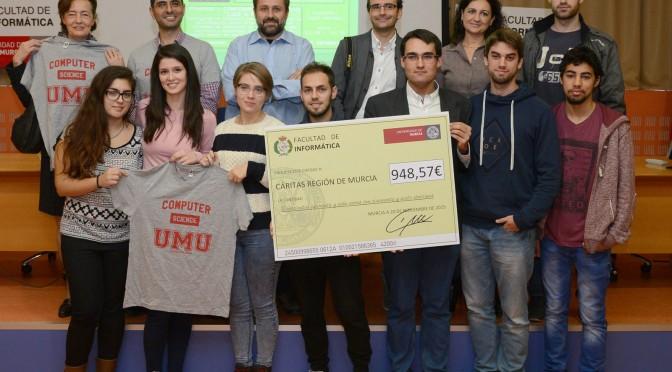 Los esudiantes de Informática recaudan dinero para Cáritas con venta de camisetas solidarias
