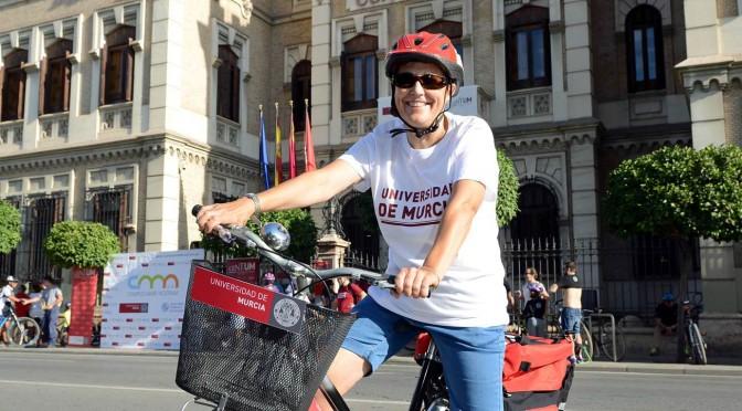 la UMU implanta el traslado de documentos en bicicleta para la protección del medio ambiente