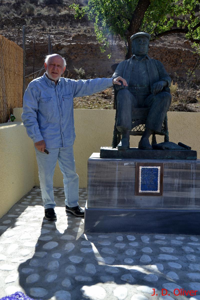 Alvaro de Luna ante la escultura de Paco RAbal en la cuesta de Gos