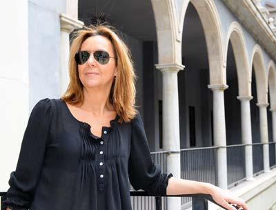 La novelista María Dueñas imparte una charla en su visita a la Universidad de Murcia
