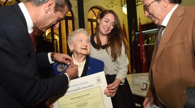 Fernanda Pozo recibe el título de licenciada en Química por la UMU 75 años después de comenzada la carrera