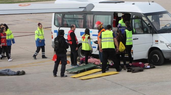 Cerca de trescientos alumnos de la UMU participan en un simulacro de accidente en la Base Aérea de Alcantarilla