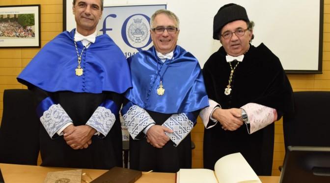 El decano de la Facultad de Química, Pedro Lozano;  el nueveo doctor Honoris Causa  Jairton Dupont y el Rector José Orihuela