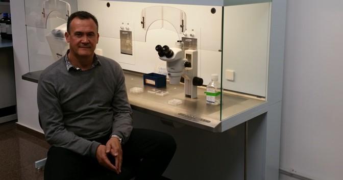 Manuel Avilés Sánchez, investigador de la UMU, colabora en el estudio de una proteína relacionada con la muerte embrionaria