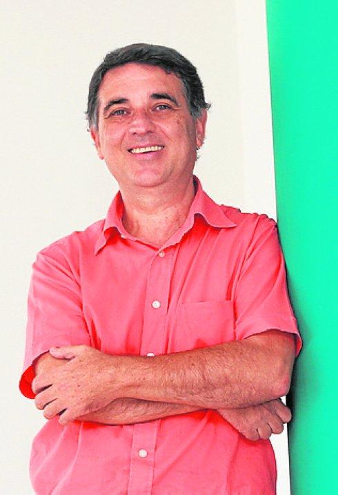Rafael García Molina, profesor de Física, en el Centro de Investigación de Óptica y Nanofísica (CIOPyN)