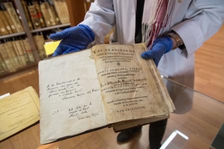 Un libro con anotaciones manuscritas de Quevedo, se incorpora al patrimonio de la UMU