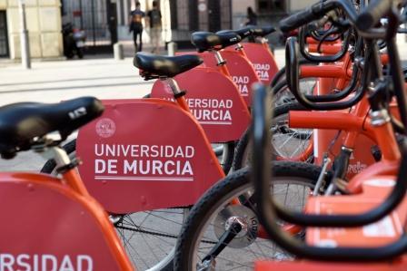 La Universidad de Murcia se pasea por la ciudad en las bicicletas de MUyBICI
