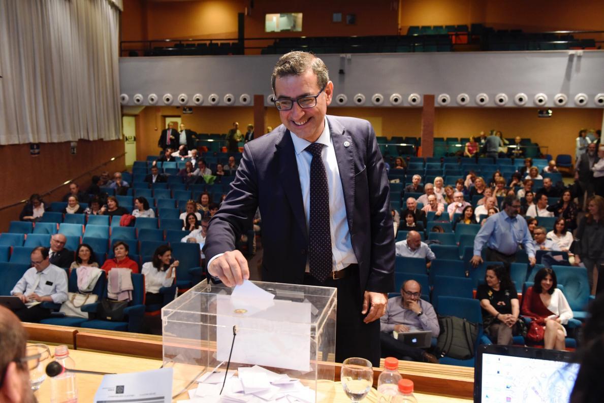 Rector votando claustro constituyente