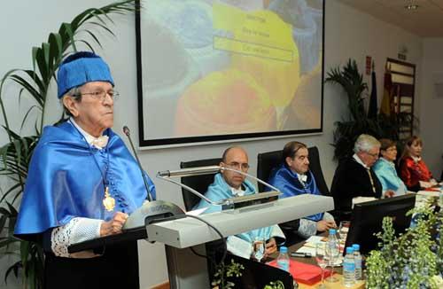 El profesor Do Carmo lee su discurso durante el acto de investidura
