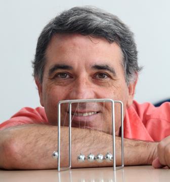 El profesor Rafael García Molina toma posesión como académico numerario