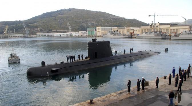 """CAR01. CARTAGENA (MURCIA), 21/03/2011.- Fotografía facilitada por la Armada Española, de la salida esta mañana del submarino Tramontana de su base de Cartagena (Murcia) para participar en la misión internacional en Libia. El Tramontana es el cuarto submarino español de la clase Galerna, construido en los astilleros de la empresa nacional Bazán en Cartagena y forma, junto con la fragata F-104 """"Méndez Núñez"""", los medios navales que España ha puesto a disposición de la OTAN para la intervención en Libia. EFE"""