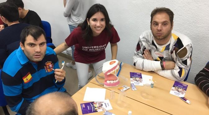 Estudiantes de Odontología de la UMU acuden a unas jornadas de salud bucodental con personas con síndrome de Down