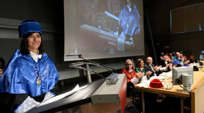 La investigadora María Blasco ingresa en el claustro de la Universidad de Murcia como doctora honoris causa