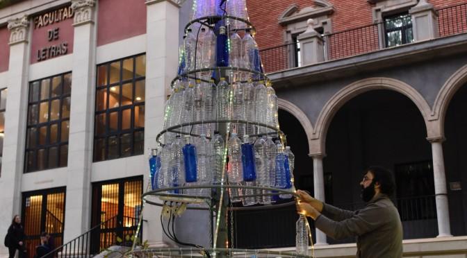 La Universidad de Murcia monta dos árboles de Navidad con botellas de plástico para concienciar del impacto medioambiental