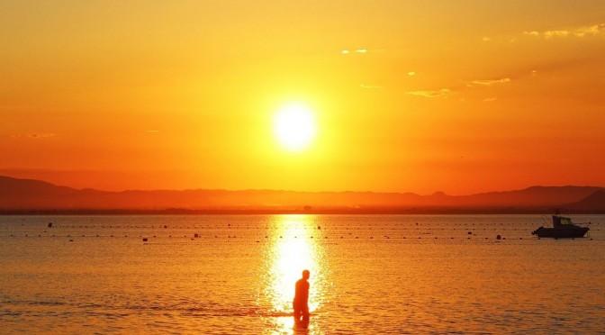 ¿Qué se esconde tras los rojizos atardeceres del Mar Menor?