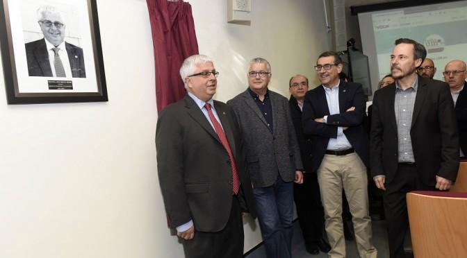 La Facultad de Comunicación y Documentación descubre el retrato de Javier Martínez Méndez en la galería de decanos