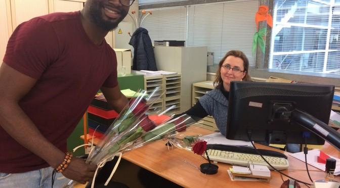 La facultad de Economía y Empresa de la UMU se llena de rosas solidarias por San Valentín