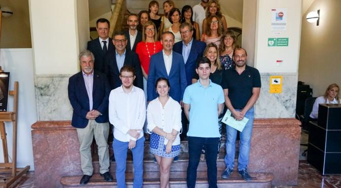 El rector de la UMU recibe a los estudiantes de Secundaria de la Región de Murcia premiados en la XI Olimpiada Española de Economía