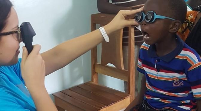 Dos docentes y un estudiante de la facultad de Óptica de la UMU están en Senegal para ayudar a personas con problemas de visión