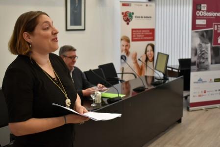 Natalia Díaz, de OIT España, en su charla en la facultad CC Trabajo UMU