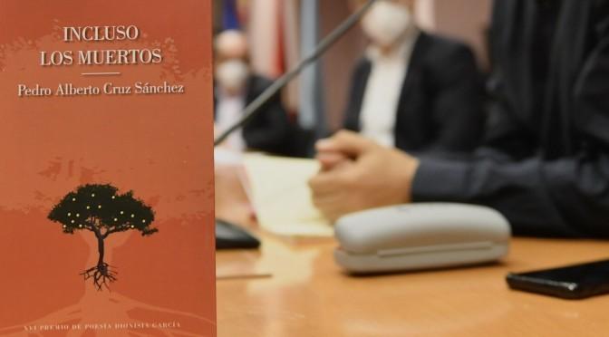 La UMU presenta el poemario 'Incluso los muertos' de Pedro Alberto Cruz, ganador del premio Dionisia García